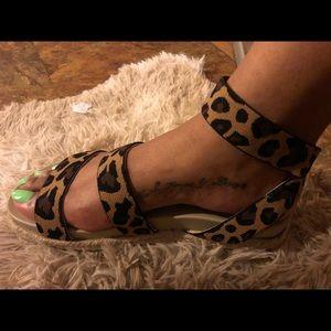 Very cute & comfy leopard sandals w/elastic band
